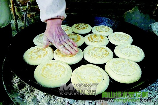【魏城特产】打饼夫妻要让手艺代代相传-东香饼-魏城新闻-荣发村 第1张